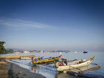 Les bateaux de pêche traditionnels sur Dili échouent dans le leste du Timor oriental Images libres de droits