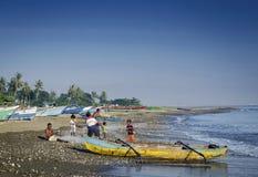 Les bateaux de pêche traditionnels sur Dili échouent dans le leste du Timor oriental Photographie stock libre de droits