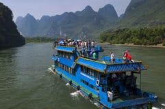 Les bateaux de passager avec des touristes dans Li River avec la chaux grande fait une pointe à l'arrière-plan près de Yangshuo e Photos stock