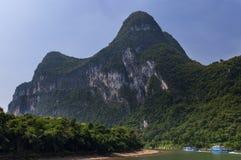 Les bateaux de passager avec des touristes dans Li River avec la chaux grande fait une pointe à l'arrière-plan près de Yangshuo e Image stock