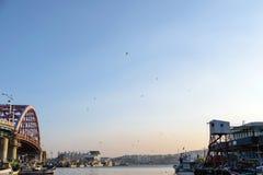 Les bateaux de pêche se sont accouplés à un village de pêche en Corée Images libres de droits