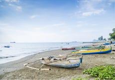 Les bateaux de pêche sur Dili échouent le Timor oriental Photos libres de droits