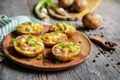 Les bateaux de pomme de terre ont rempli de maïs, de jambon, de fromage et d'oignon vert Photos stock