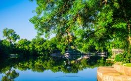 Les bateaux de ponton de réflexions du lac LBJ sur l'eau ont accouplé prêt pour l'eau libre Photos stock
