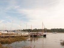 Les bateaux de port de dock ont amarré dans le paysage de courant de marina de rivière Photos stock