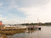 Les bateaux de port de dock ont amarré dans le paysage de courant de marina de rivière Images stock