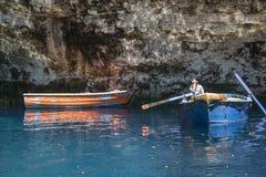 Les bateaux de rangée utilisés pour conduire des visites à l'intérieur du lac Melissani foudroient Kefalonia photographie stock libre de droits