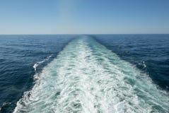 Les bateaux de retour lavent et se réveillent Photos libres de droits