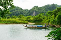 Les bateaux de touristes, la bouche de la caverne de Phong Nha avec la rivière souterraine, Phong Nha-KE frappent le parc nationa photographie stock