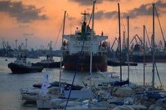Les bateaux dirigent émettre la fumée noire image stock