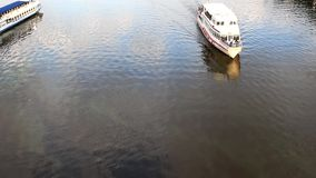 Les bateaux divergent sur la rivière clips vidéos