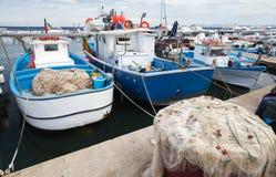 Les bateaux en bois ont amarré dans le port de Lacco Ameno, ischions Images libres de droits