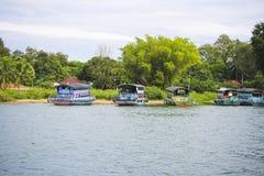 Les bateaux en bois se penchent dans le port du lac Toba Photos libres de droits