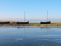 Les bateaux en bois sur la broche de Curonian étayent, la Lithuanie photos stock