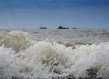 Les bateaux et les bateaux attendent l'excitation des hautes mers photographie stock