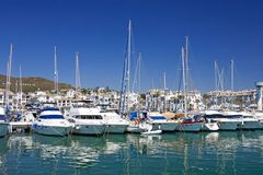 Les bateaux et les yachts de luxe grands ont amarré dans le port de Duquesa en Espagne en fonction Photo libre de droits