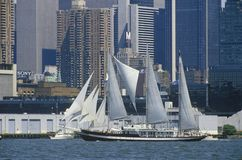 Les bateaux grands naviguent dans un défilé dans le port de New York pendant la célébration de 100 ans pour la statue de la liber Images libres de droits