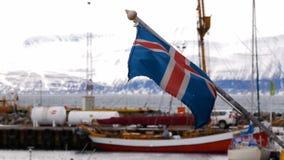 Les bateaux hébergent le drapeau de l'Islande clips vidéos