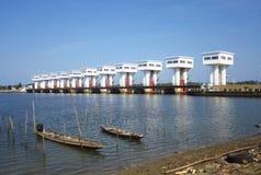 Les bateaux jumeaux flottent sur la rivière et endiguent Photo libre de droits