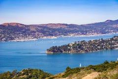 Les bateaux naviguent dans la crique de belvédère un jour clair d'automne, San Francisco Bay, la Californie photographie stock