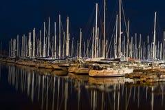 les bateaux ont accouplé la nuit de marina photographie stock