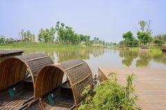 Les bateaux ont amarré à côté d'au bord du lac en ressort ensoleillé Images libres de droits