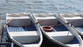 Les bateaux ont amarré au rivage Images stock