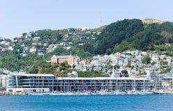 Les bateaux ont amarré chez Clyde Quay Wharf à l'intérieur de Wellington Harbour avec le bâti Victoria à l'arrière-plan Photo stock