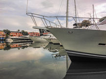 Les bateaux ont amarré dans le port Photos libres de droits