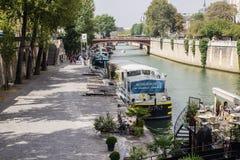 Les bateaux ont amarré sur la Seine au nord du double d'Au de Pont Photographie stock libre de droits