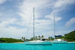 Les bateaux ont ancré outre de la côte de Mayreau Image libre de droits