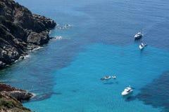 Les bateaux ont ancré outre de la côte sur la mer calme bleue photographie stock