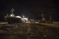 Les bateaux ont téléchargé le bois de construction (le début de la matinée) Photos stock