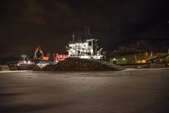 Les bateaux ont téléchargé le bois de construction (le début de la matinée) Photographie stock libre de droits