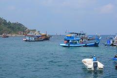 Les bateaux portent des touristes au piqué Photos libres de droits
