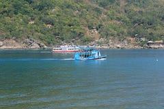 Les bateaux portent des touristes au piqué Image libre de droits