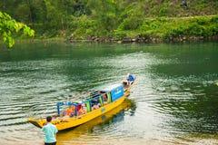 Les bateaux pour transporter des touristes à Phong Nha foudroient, Phong Nha - le KE frappent le parc national, Viet Nam images libres de droits