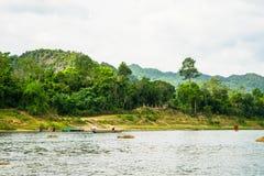 Les bateaux pour transporter des touristes à Phong Nha foudroient, Phong Nha - le KE frappent le parc national, Viet Nam photo stock