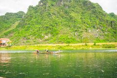 Les bateaux pour transporter des touristes à Phong Nha foudroient, Phong Nha - le KE frappent le parc national, Viet Nam photographie stock