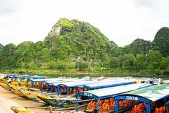 Les bateaux pour transporter des touristes à Phong Nha foudroient, Phong Nha - le KE frappent le parc national, Viet Nam Image stock