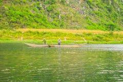Les bateaux pour transporter des touristes à Phong Nha foudroient, Phong Nha - le KE frappent le parc national, Viet Nam image libre de droits