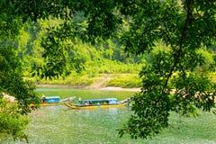 Les bateaux pour transporter des touristes à Phong Nha foudroient, Phong Nha - le KE frappent le parc national, Viet Nam Photos stock