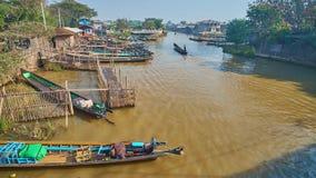 Les bateaux rapides de canoë dans Naungshwe recourent, Myanmar banque de vidéos