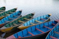 Les bateaux restent au pilier Photo libre de droits