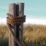 Les bateaux rope ancré sur le poteau photos stock