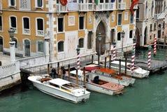 Les bateaux s'approchent du pont de milieu universitaire à Venise Photo libre de droits