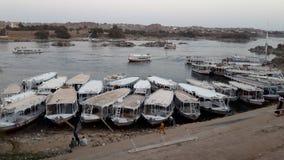 Les bateaux se sont accouplés à un village de Nubian dans Egypte le long du Nil Photos libres de droits