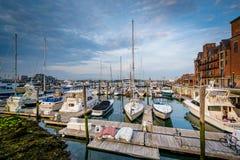 Les bateaux se sont accouplés dans une marina sur le bord de mer dans North End de B Photo stock