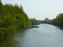Les bateaux se sont penchés dans un lac au parc de siècle Image stock