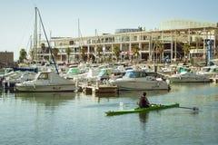 Les bateaux se tient sur le dock au bord de mer Alicante Photographie stock